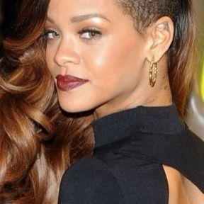 Le tatouage dans le lobe de l'oreille de Rihanna