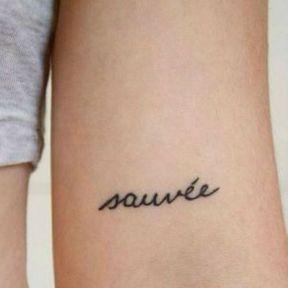 Tatouage au milieu du bras