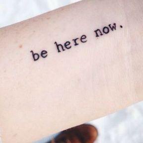 Tatouage avec une phrase sur le poignet