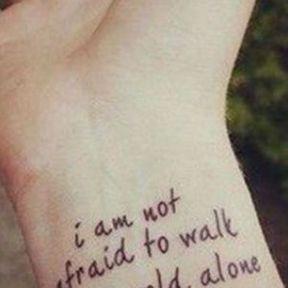 Tatouage de trois lignes sur le poignet