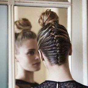 La tresse africaine avec les cheveux relevés et un bun