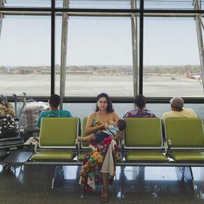 Au Brésil: femme allaitant à l'aéroport