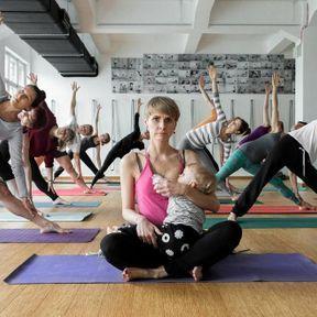 Pologne: femme allaitant pendant un cours de yoga
