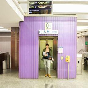 Pologne: femme qui allaite dans le métro