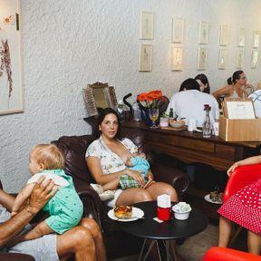 Brésil: femme qui allaite au restaurant