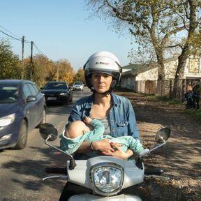 Pologne: femme qui allaite sur son scooter