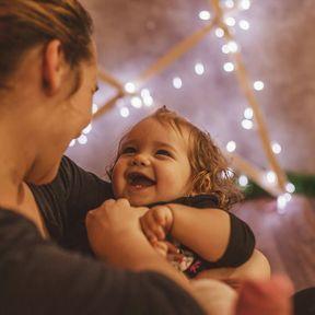 À 12 mois, il est attiré par la voix de sa mère