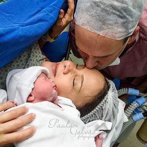 Câlin entre bébé et ses parents