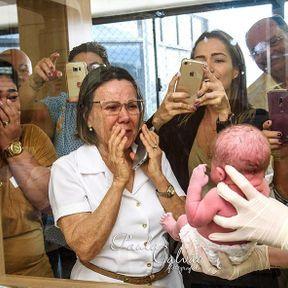 Quand la famille découvre le bébé