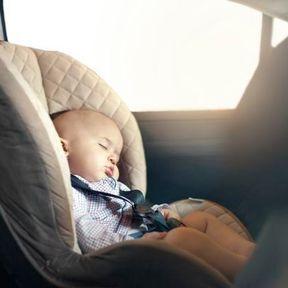 L'enfant est installé dans un siège-auto non retenu