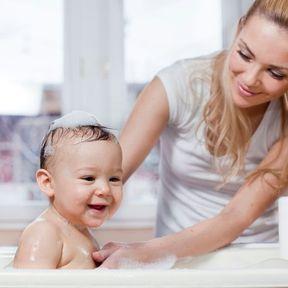 Donner le bain à bébé tous les jours