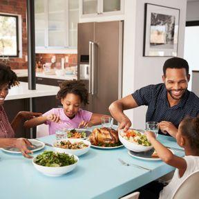 Au dîner en famille : méditer en mangeant