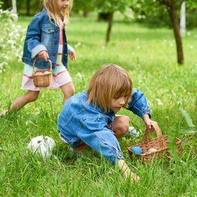 Cacher des objets dans le jardin, jouer à chaud-froid