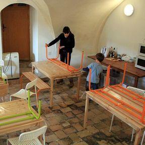 11h20 : les grands préparent les tables du déjeuner