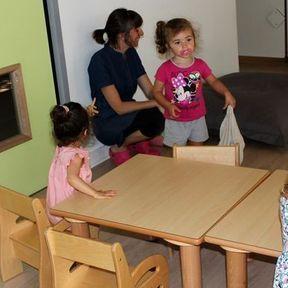 Installation des tables et des chaises pour le repas