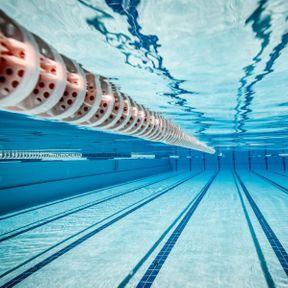 Nager nu dans une piscine municipale