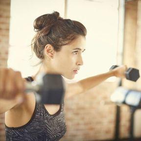 Muscler vos pectoraux en croisant vos bras