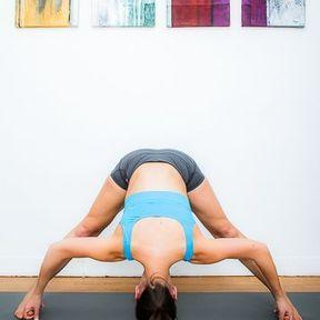 Flexion les jambes écartées et les doigts crochetés ou Prasarita Padottanasana