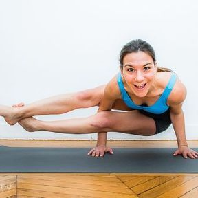 Posture de l'équilibre plié en 8 ou Astavakrasana