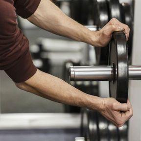 Enlevez les poids de la barre de musculation