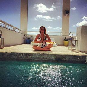 Lindsay Lohan dans la position du lotus