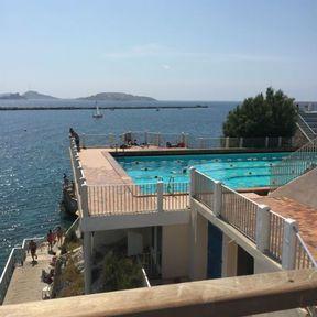 Une séance de natation au-dessus de la mer à Marseille