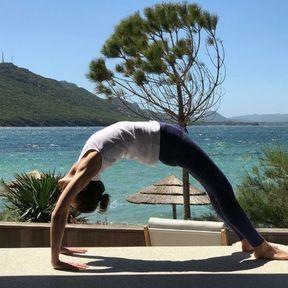 Un spot de yoga face à la mer en Corse