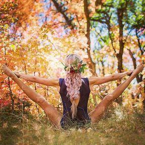 Posture de yoga dans la forêt