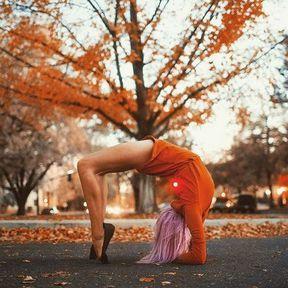 Posture de yoga dans un parc