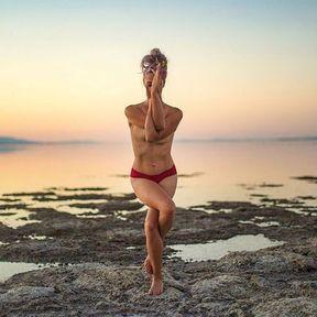 Posture de yoga face à la mer