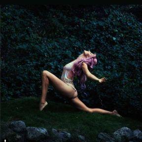 Yoga dans l'herbe