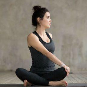La posture de la torsion assise