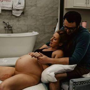 Un jeune papa soutient sa femme, dans tous les sens du terme