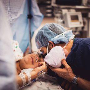 Un jeune père soutient sa femme pendant une césarienne