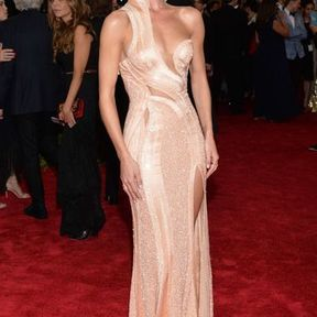 Rosie Huntington-Whiteley en Atelier Versace