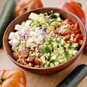Boulgour, concombre, poivron, courgette, feta, tomates, pignons de pin, oignon rouge