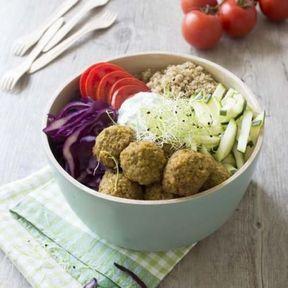 Falafels, quinoa, chou rouge, courgette, graines germées, tomate et poireau
