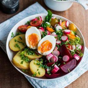 Œuf, betterave, tomates cerise, pomme de terre, salade sucrine et ciboulette