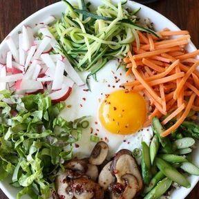 Quinoa, champignons, asperges, carottes, œuf frit