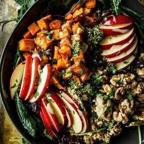 Quinoa, chou kale, pomme, patate douce et noix