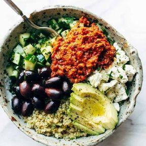 Quinoa, feta, purée de poivron rouge, avocat et olives