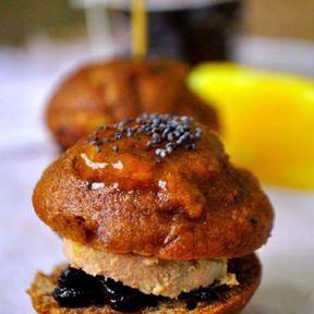 Minis burgers de pain d'épices au foie gras,  confit d'oignons et crème de cassis.