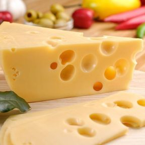 L'emmental : 898 mg de calcium/100 g