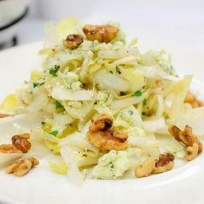 Pour assaisonner une salade d'endives, de l'huile de noix
