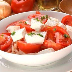Pour assaisonner une salade d'été, de l'huile d'olive vierge extra