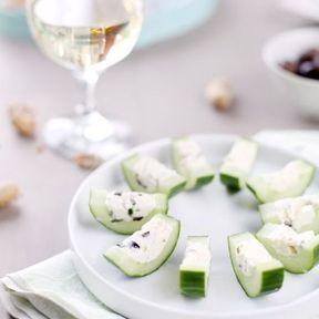 Concombre farci à la feta, olives et menthe