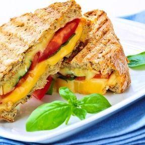 Croque-monsieur au jambon blanc, poivron, cheddar et pesto