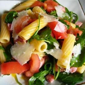 Salade de pâtes, tomate, roquette, jambon et parmesan