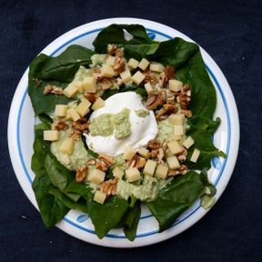 Salade de feuilles d'épinard à l'emmental, sauce à l'avocat