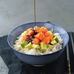 Chirashi saumon, avocat et graines de sésame